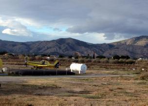 Löschflugzeug nach dem Einsatz auf dem Flugplatz