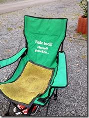 mit Stuhl und Spruch