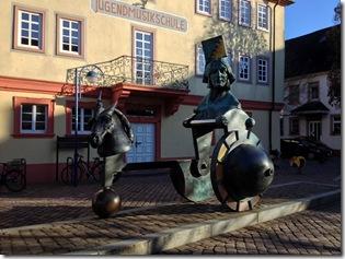 Skulptur vor dem Glashaus