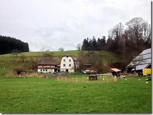 links Wohnhaus und Käserei, rechts Stallungen